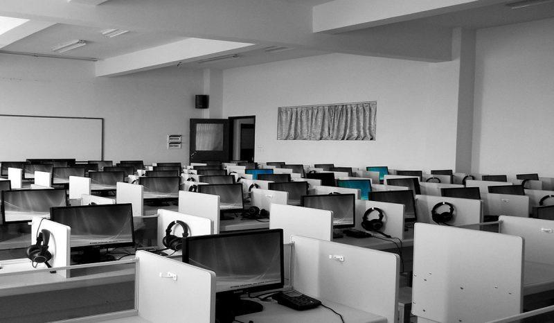 imagen de mesas y puestos trabajo en un call center